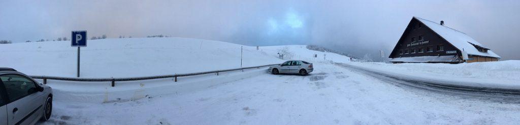 En bil i ett vinterlandskap