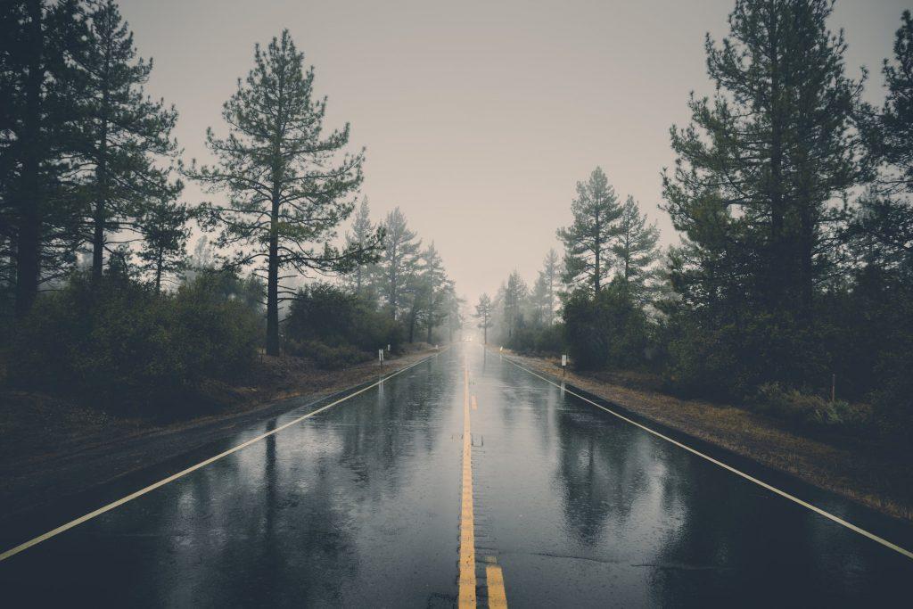 vattenplaning på bilvägen